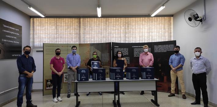 """Biblioteca Pública de Sertãozinho """"Dr. Antônio Furlan Jr."""" recebe doação de bíblia em braile"""