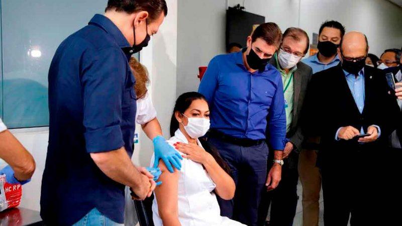 Contaminado pelo coronavírus, no meio do tratamento e possivelmente sendo vetor da doença, as câmeras e holofotes presentes no primeiro dia de vacinação em Ribeirão Preto