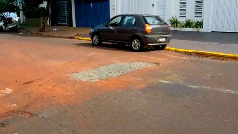 O problema com o surgimento de um buraco que vertia água, aparentemente potável, há meses no meio da rua Alice Além Saadi foi resolvido