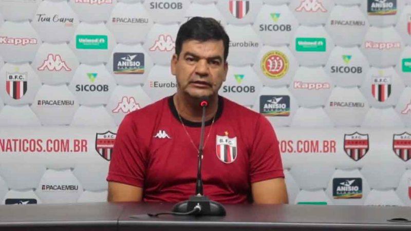 O técnico do Botafogo Moacir Júnior ainda não conseguiu digerir o pênalti que determinou o empate do américa mineiro na última partida do Botafogo que luta para fugir do rebaixamento.