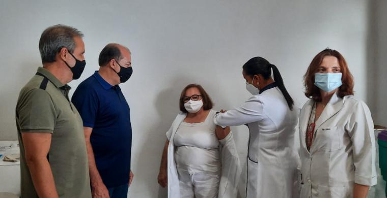 Técnica em enfermagem é a primeira pessoa imunizada do setor de saúde de Pitangueiras