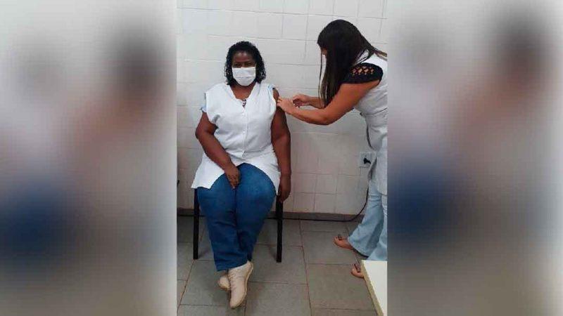 Ribeirão Preto já vacinou 4.455 profissionais da saúde contra o novo coronavírus, 2.875 entre rede municipal e hospitais públicos e privados e 1.580 no Hospital das Clínicas. No geral, a cidade conta com 32 mil profissionais de saúde.