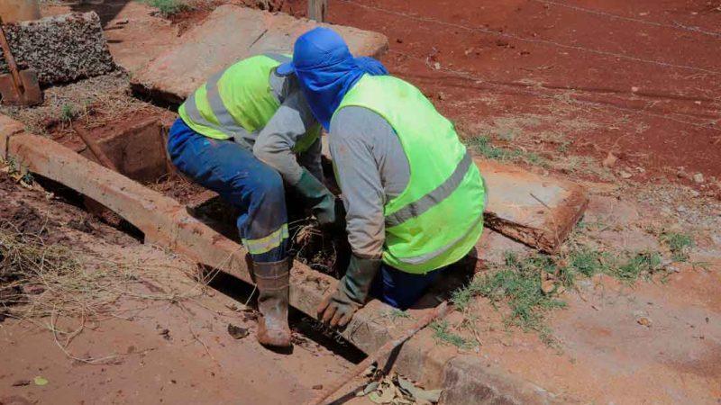 Secretaria da Infraestrutura limpa, em média, três mil bocas de lobo por mês em Ribeirão Preto, retirando aproximadamente 180 toneladas de resíduos.
