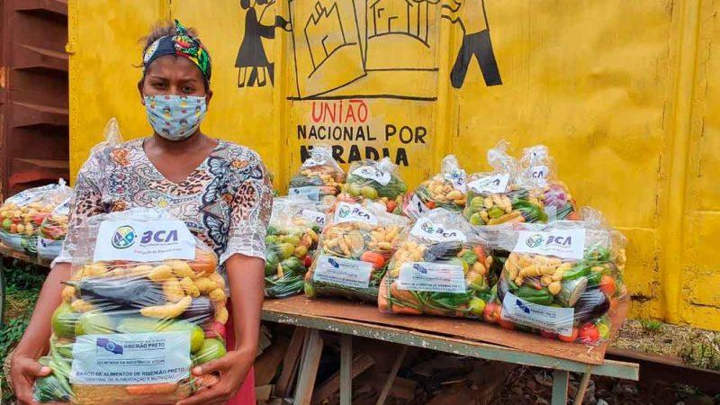 """o projeto """"NutriAção"""" esteve na comunidade da Locomotiva, região Leste da cidade, e entregou 50 kits de hortifruti para famílias em situação de vulnerabilidade social. O projeto é realizado pela Secretaria de Assistência Social (Semas), por meio do Banco de Alimentos, em parceria com o CEASA de Ribeirão Preto."""