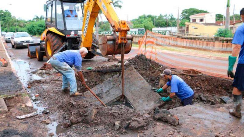Uma obra para desobstrução e readequação da rede de esgoto na avenida Álvaro de Lima foi concluida. As equipes do setor de esgoto trabalharam durante três dias para conseguirem desobstruir e limpar a rede no trecho final da avenida, no sentido bairro-centro.