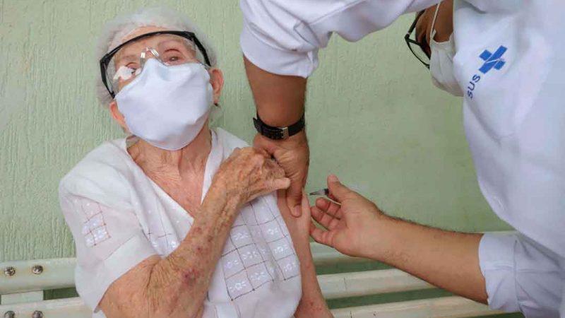 Imunização foi interrompida durante ponto facultativo e prossegue até dia 20; em nove dias de campanha, 5.255 idosos já foram vacinados