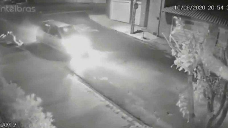 Câmeras de segurança flagraram o momento de um acidente que envolveu uma moto que havia sido furtada em Ribeirão Preto. As imagens foram exibidas no programa Voz Metropolitana, com Lincoln Fernandes, que estreou na Rede Fé FM 94,9 simultaneamente com a Total FM de Sertãozinho.