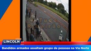Bandidos chegam de moto e assaltam grupo de pessoas em um ponto de ônibus na Via Norte, em Ribeirão Preto. Câmeras de monitoramento flagram o momento do assalto.