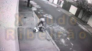 Um briga entre vizinhos acabou mal para um homem de 37 anos que foi esfaqueado por um idoso no Ribeirão Verde. A vítima segue internada no Hospital das Clínicas.