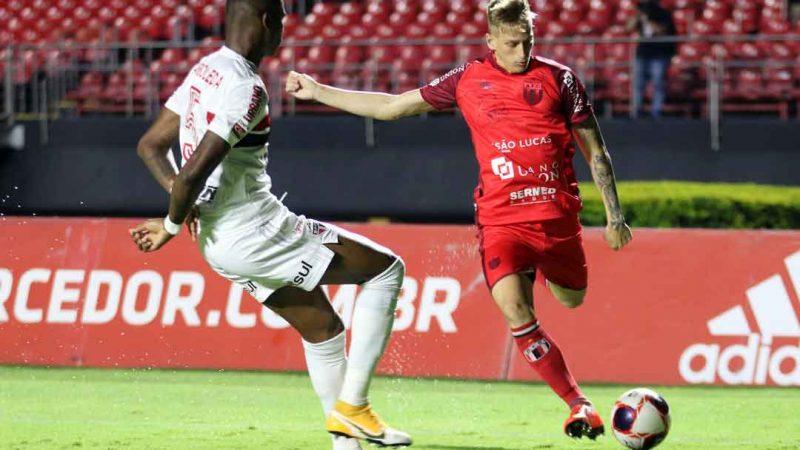 O Botafogo de Ribeirão Preto vencia o tricolor do Morumbi por 1x1 até os 30 minutos do segundo tempo, mesmo com muitos desfalques e garotos de 16 e 17 anos em campo.