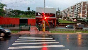 Entrou em operação o novo conjunto semafórico instalado nos dois sentidos da avenida Dr. Francisco Junqueira, sob viaduto Profissionais da Saúde. O equipamento conta com a função exclusiva para a travessia de pedestre ao acionar a botoeira. O semáforo faz integração com a nova passarela construída sobre o canteiro central da avenida.