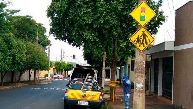 RENOVADA SINALIZAÇÃO EM CRUZAMENTO NO IPIRANGA. Serviço realizado tem o objetivo de garantir mais segurança aos motoristas e pedestres
