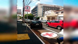Concluída a renovação da sinalização de vagas especiais de estacionamento na rua Quintino Bocaiúva, na região Central, próximo ao Hospital das Clínicas (HC), Unidade de Emergência.