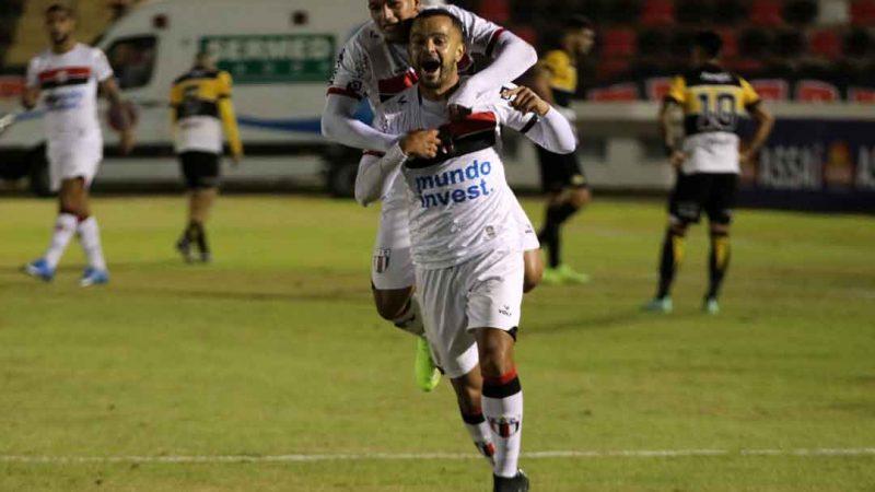 Com um golaço do lateral direito Rodrigo, o Botafogo venceu o Criciúma por 3 a 1, nesta segunda-feira (12), no Estádio Santa Cruz, pela sétima rodada da Série C do Campeonato Brasileiro.