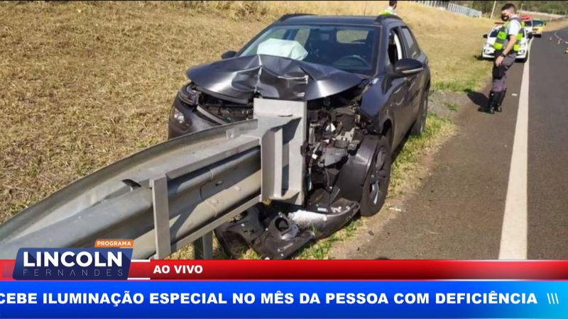 MOTORISTA PERDE CONTROLE DE CARRO EM RODOVIA E BATE EM GUARDRAIL
